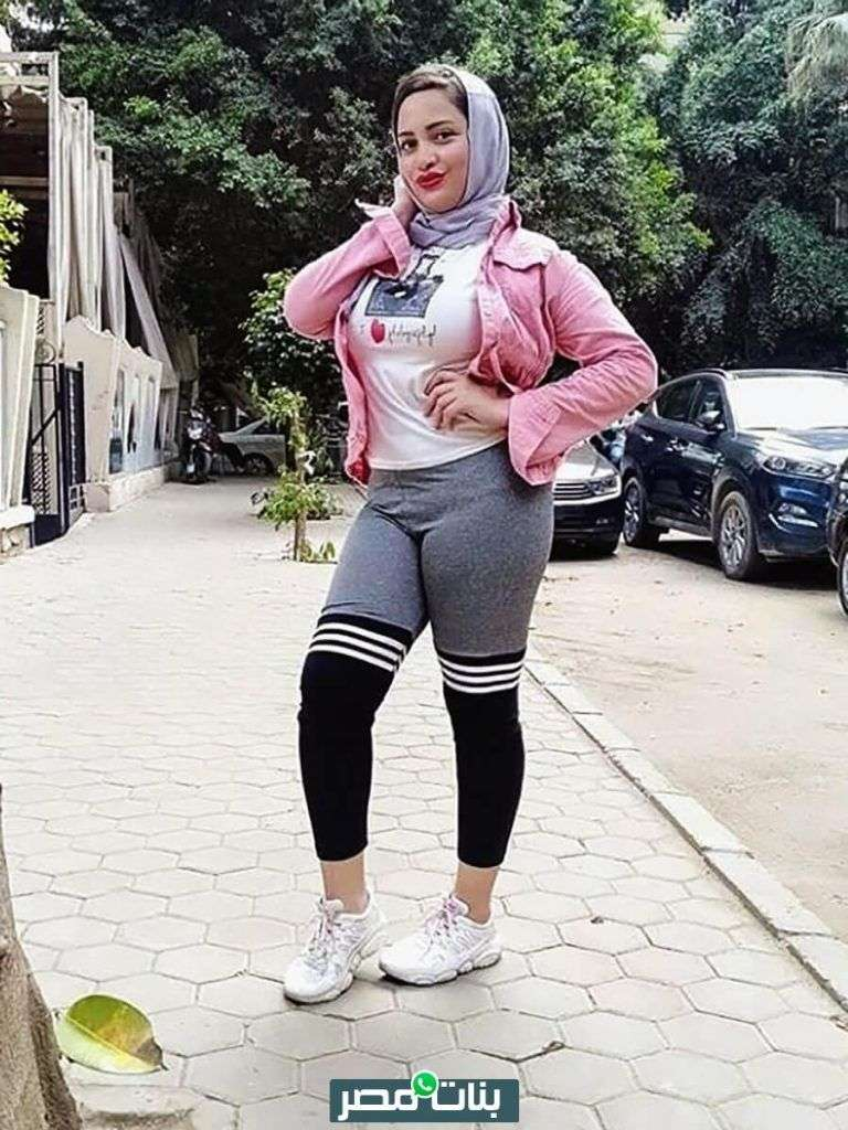 صورة بنت محجبة بملابس رياضية في الشارع